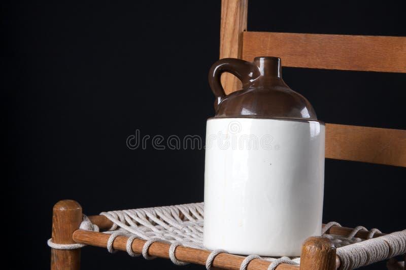 椅子水罐老瓦器 库存照片