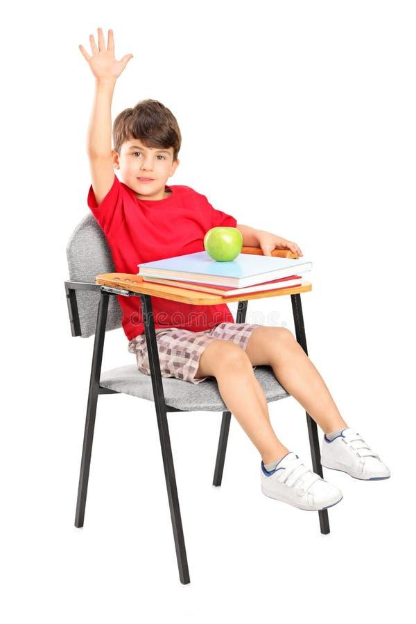 椅子现有量他上升的男小学生安装 免版税库存照片