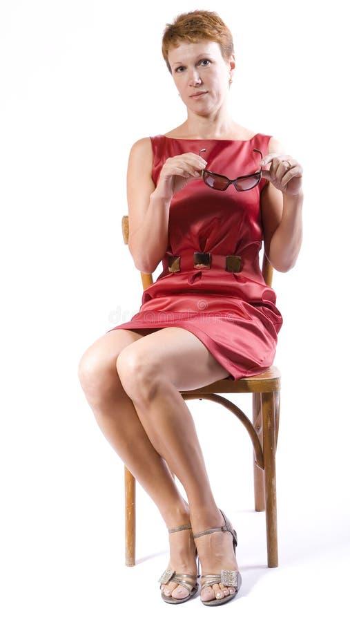 椅子玻璃递暂挂坐妇女 库存图片