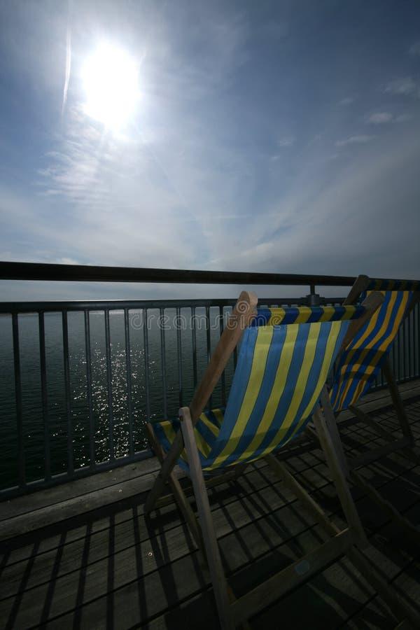 椅子甲板码头海边 库存图片