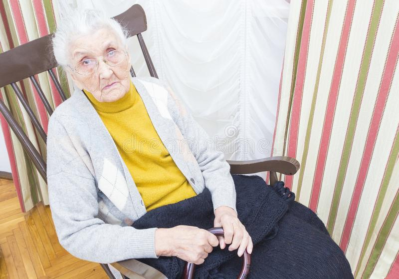 椅子的年长夫人 免版税库存照片
