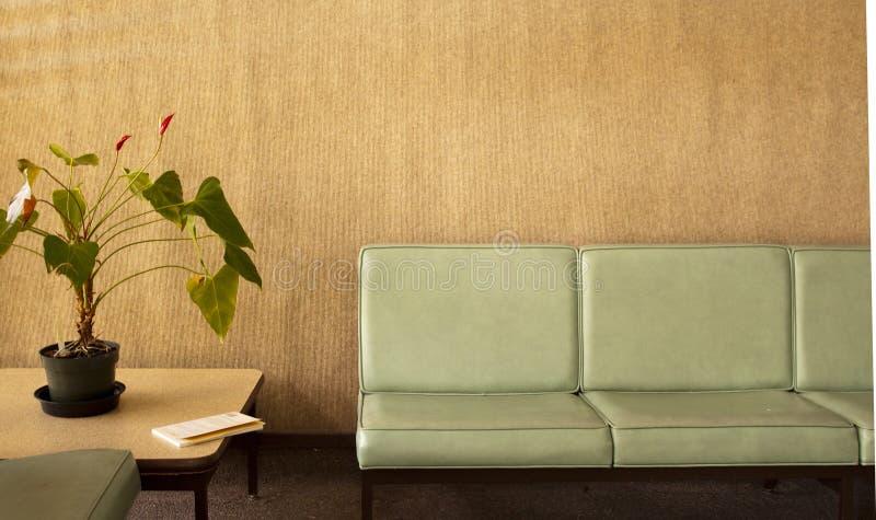椅子种植盆的空间 免版税库存照片
