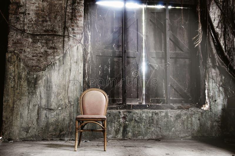 椅子空的脏的墙壁 库存照片