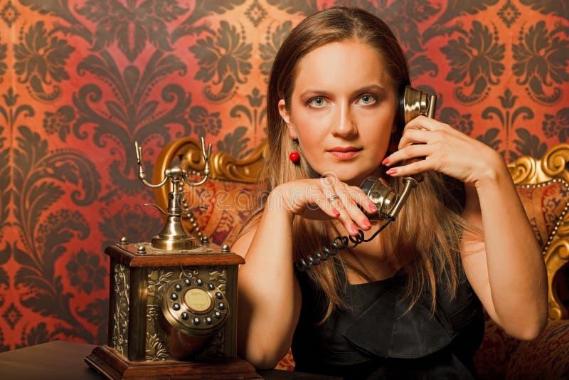Download 椅子老电话联系的葡萄酒妇女 库存图片. 图片 包括有 brunhilda, 电话, 谈话, 现有量, 女性 - 15690623