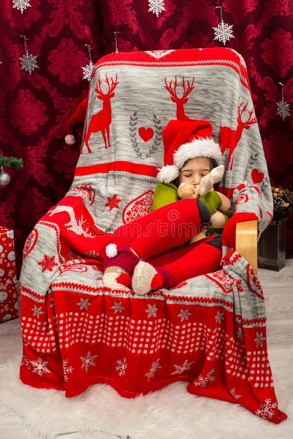 椅子藏品驯鹿玩具长毛绒的睡觉的男孩 库存照片