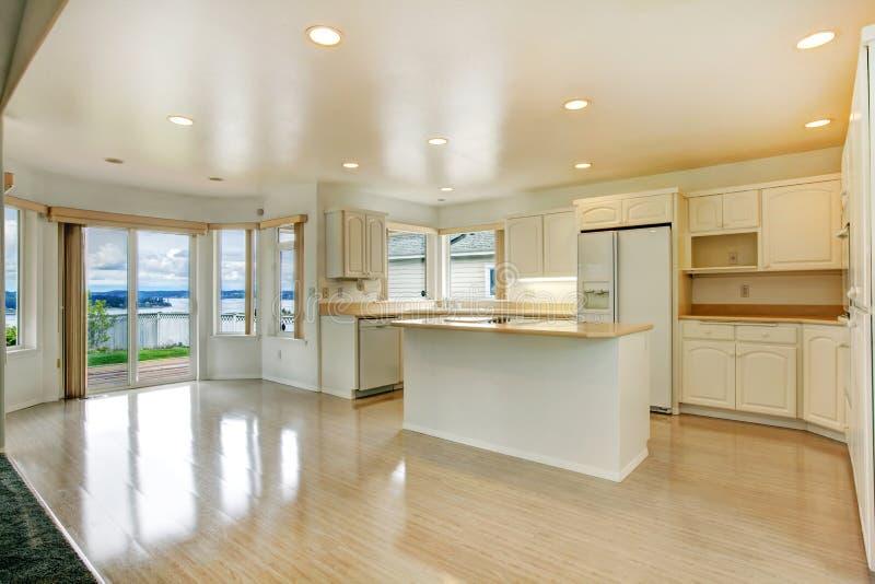 椅子门入口房子内部现代红色 有罢工甲板的空的白色厨房室 免版税库存照片