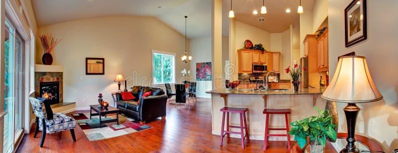 椅子门入口房子内部现代红色 空心肋板计划全景 免版税库存照片