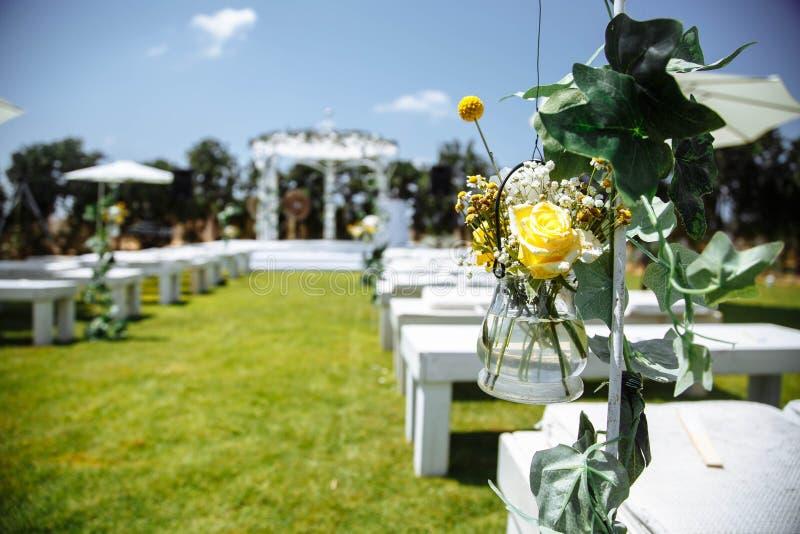 植物布置,婚礼曲拱背景的装饰  免版税图库摄影