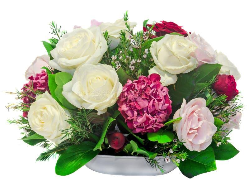 植物布置,花束,与白色、桃红色、黄色玫瑰和紫色霍滕西亚,八仙花属接近的,被隔绝的,白色背景 库存图片