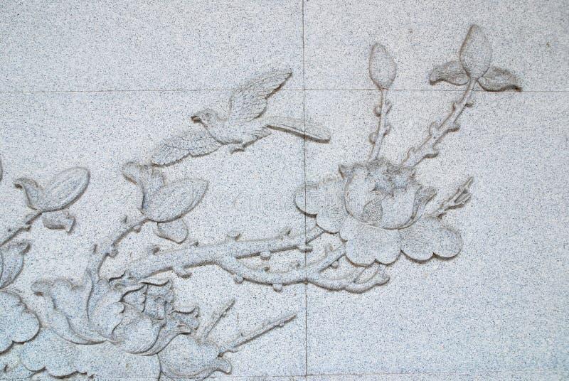 植物群和鸟石雕刻 库存图片