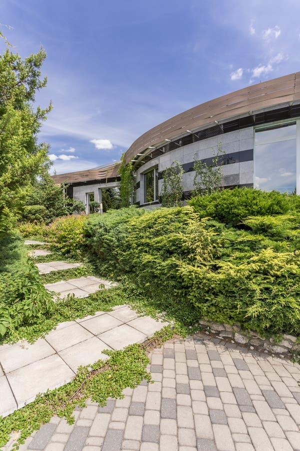 植物围拢的现代housefront 免版税库存照片