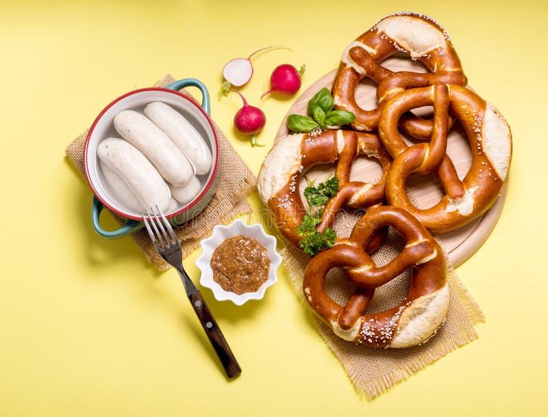 椒盐脆饼和菜在黄色背景,德国传统食物,巴法力亚快餐,欧洲早餐,oktoberfest 库存照片