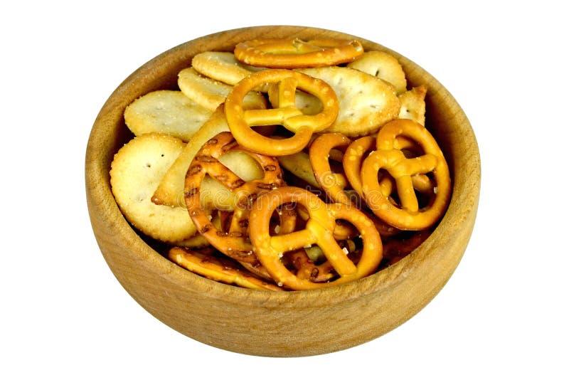 椒盐脆饼和薄脆饼干在木碗 库存照片