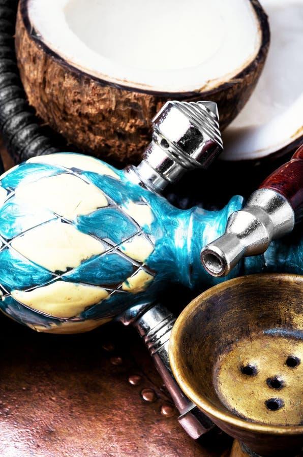 椰子异乎寻常的水烟筒 免版税库存照片