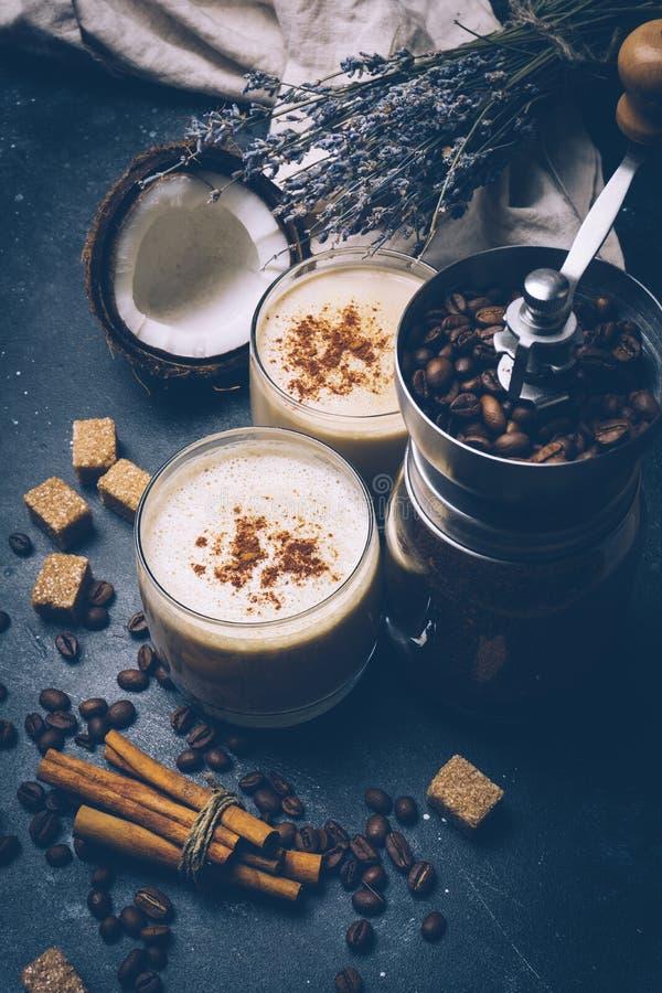 椰子拿铁 素食主义者咖啡饮料能转化为酮的饮食概念 能转化为酮的拿铁用椰子 咖啡用椰奶 健康产品 库存照片