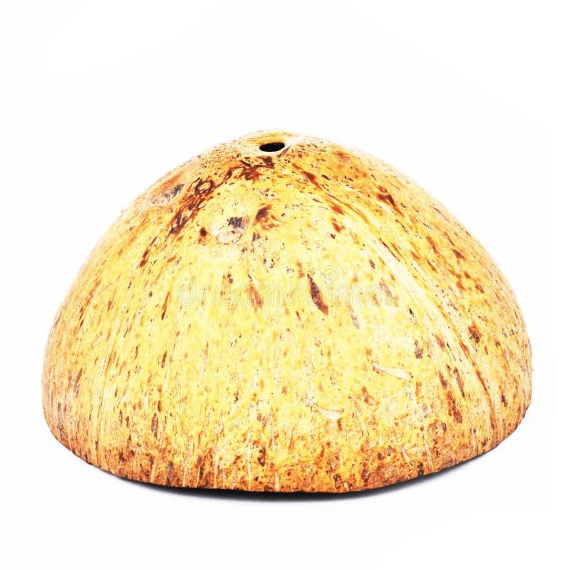 椰子果子壳切成了两半隔绝在白色backgrou 免版税库存照片