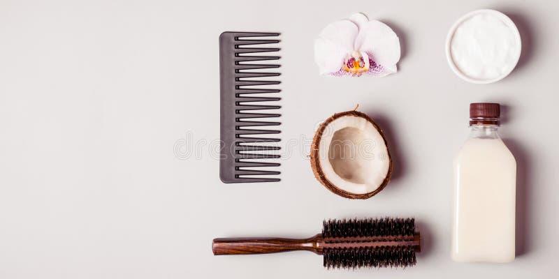 椰子油和和梳子 护发概念 库存图片