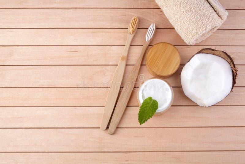 椰子油和薄荷的自创牙膏,eco友好的竹牙刷,自然医疗保健 免版税库存照片
