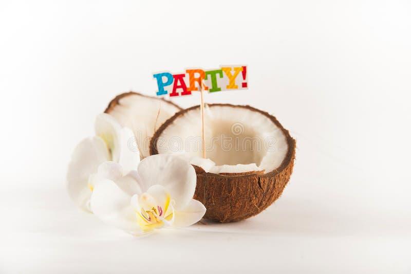 椰子用在白色背景隔绝的白色兰花花切成了两半 椰奶和椰子黏浆状物质与题字零件 免版税库存图片