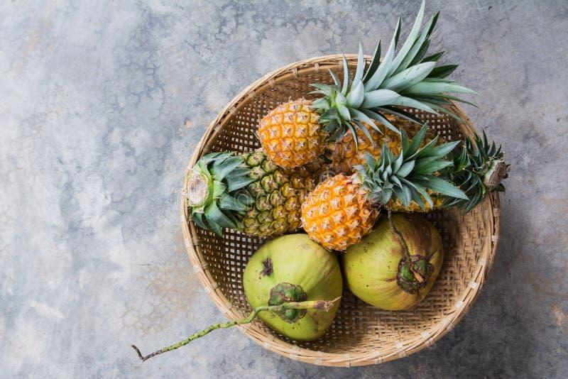 椰子用菠萝 免版税库存图片