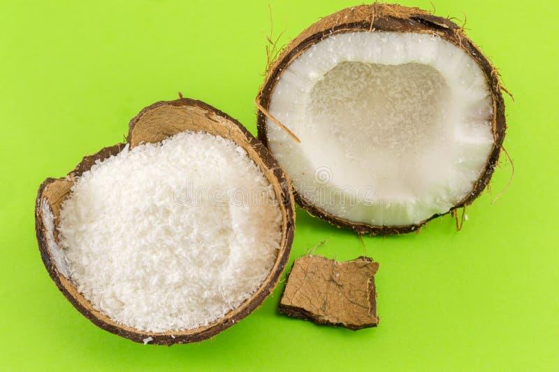 椰子粉末和新鲜的椰子 免版税库存照片