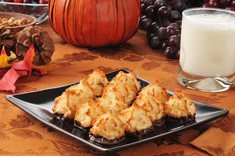 椰子蛋白杏仁饼干用牛奶 库存图片