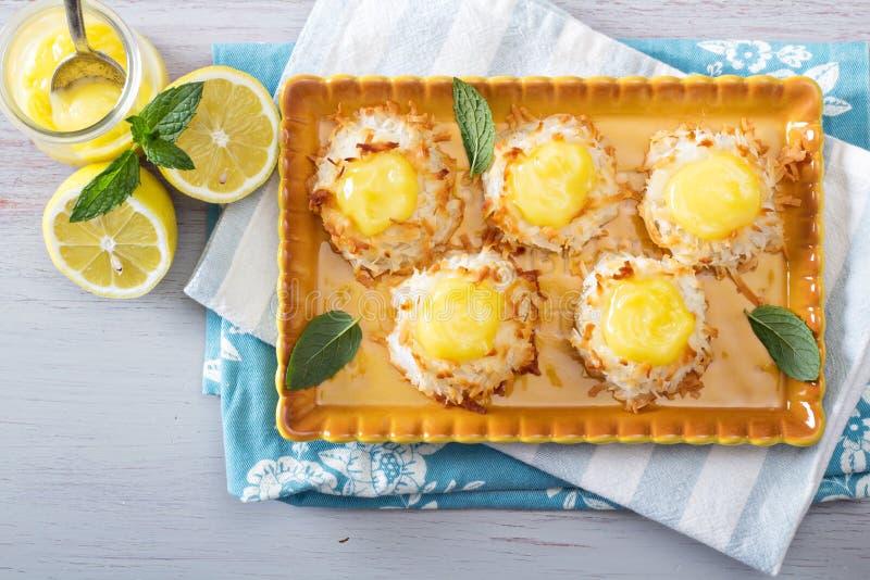 椰子蛋白杏仁饼干曲奇饼用柠檬酱 图库摄影