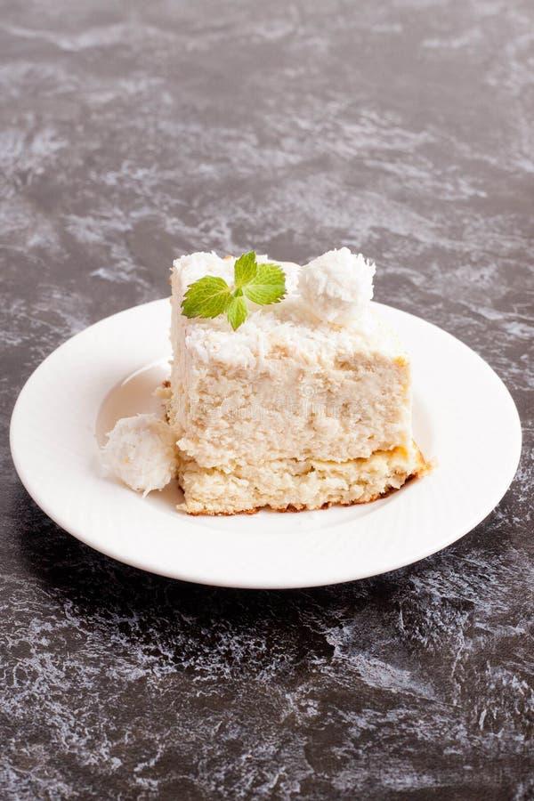 椰子蛋糕部分 免版税库存图片