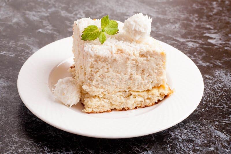 椰子蛋糕部分 免版税图库摄影