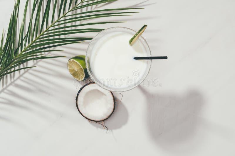 椰子鸡尾酒顶视图在玻璃的与石灰和吸管 免版税库存照片