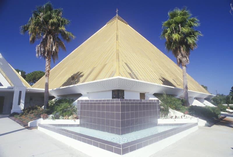 椰树海滩的佛罗里达金字塔教会 库存照片