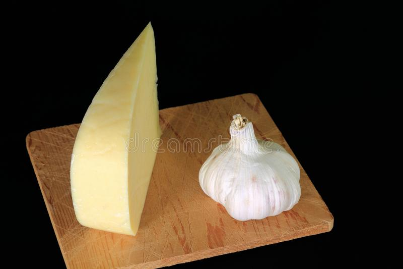 楔子Smocked荷兰扁圆形干酪和大蒜有机增长的电灯泡  免版税库存照片