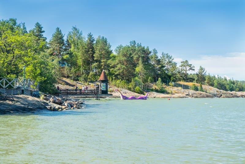 楠塔利,芬兰- 2019年6月28日:沐浴小屋和Edvard Booble在公园Moominworld晴朗的夏日 库存照片