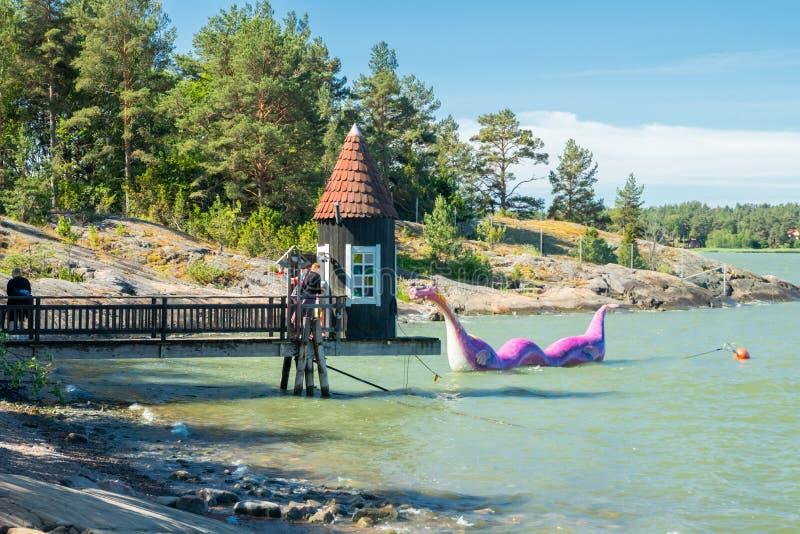楠塔利,芬兰- 2019年6月28日:沐浴小屋和Edvard Booble在公园Moominworld晴朗的夏日 库存图片