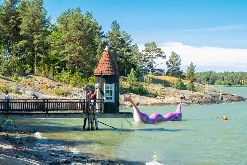 楠塔利,芬兰- 2019年6月28日:沐浴小屋和Edvard Booble在公园Moominworld晴朗的夏日 免版税库存图片