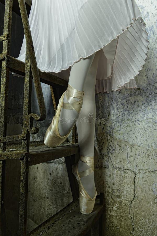 楼下芭蕾舞女演员在金黄拖鞋 库存照片