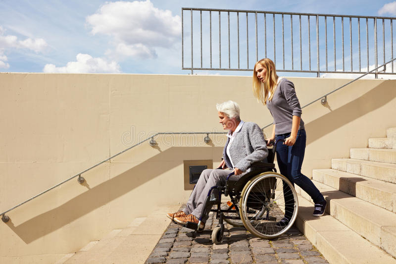 楼下驱动轮椅妇女 库存照片