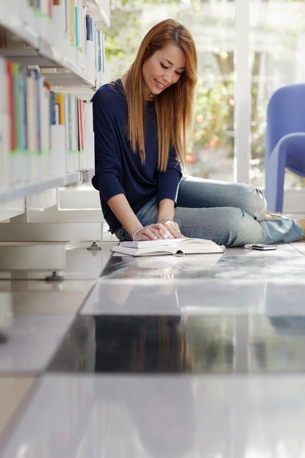 楼层女孩图书馆学习 免版税图库摄影