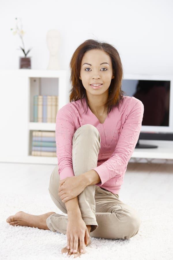楼层客厅妇女年轻人 免版税库存图片