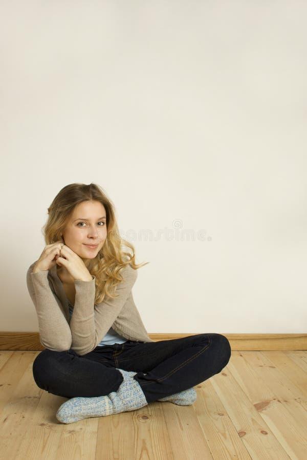 楼层家庭坐的妇女年轻人 库存图片