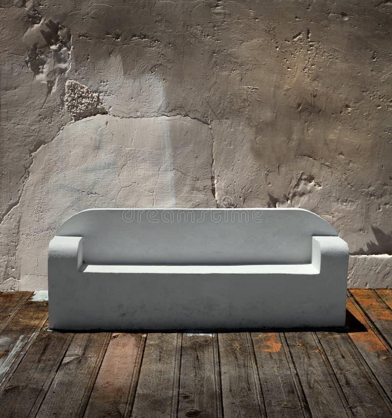 楼层木沙发的石头 免版税库存图片