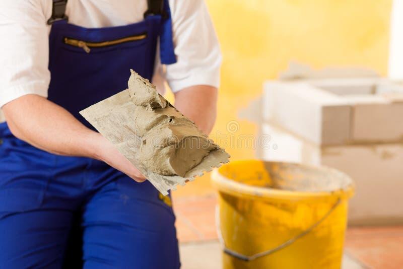 楼层铺磁砖工铺磁砖盖瓦 免版税库存照片
