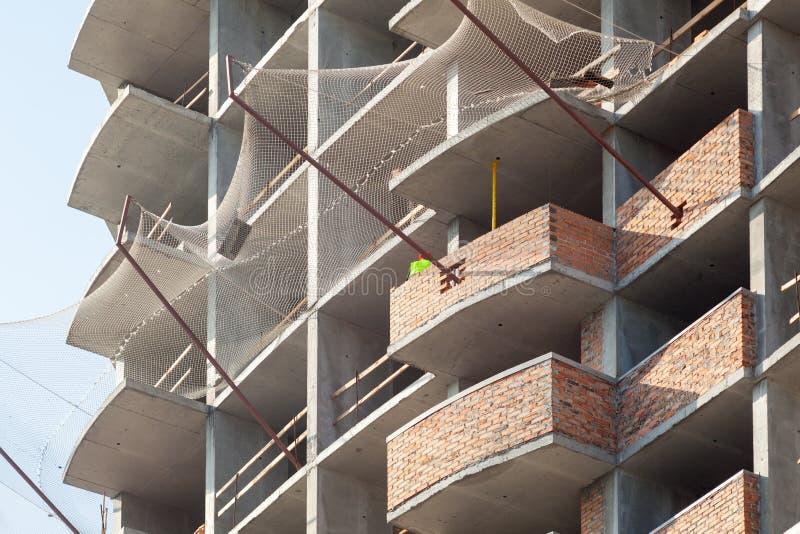 楼房建筑反对蓝天的站点工作 一座新的高层建筑物的建筑 免版税库存图片
