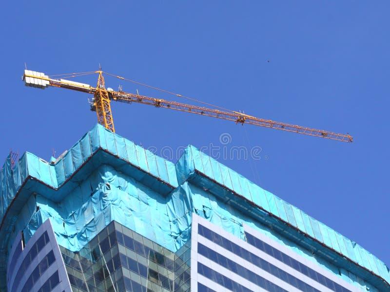 楼房建筑新起重机的玻璃 库存照片