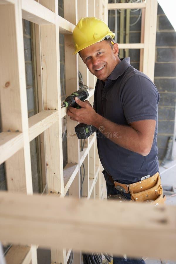 楼房建筑框架木材工作者 库存照片