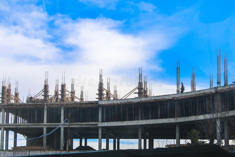 楼房建筑,增强的设施,模板,反对蓝天的倾吐的混凝土 免版税库存照片