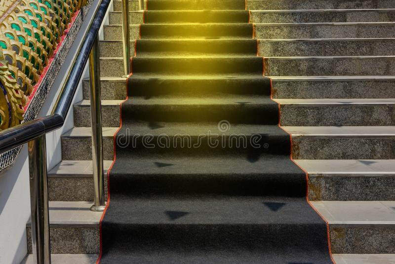 楼梯与黑地毯 免版税库存照片