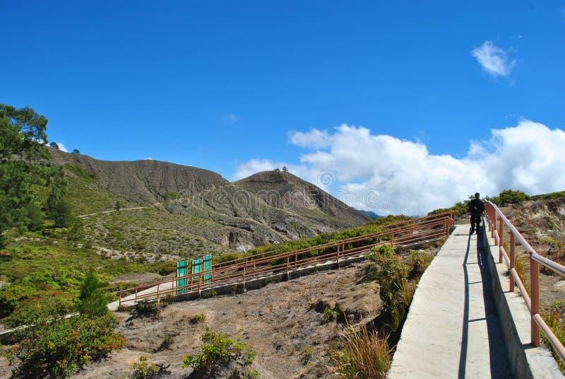 楼梯向克里穆图火山火山,弗洛雷斯岛,印度尼西亚五颜六色的火山口湖  免版税库存照片