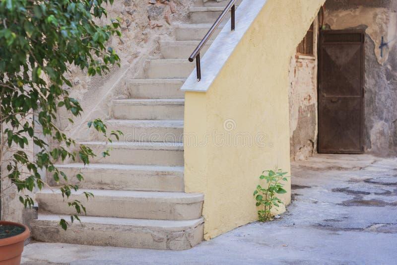 楼梯在一栋老居民住房的庭院里,卡塔尼亚,西西里岛,意大利传统architectura  免版税库存照片