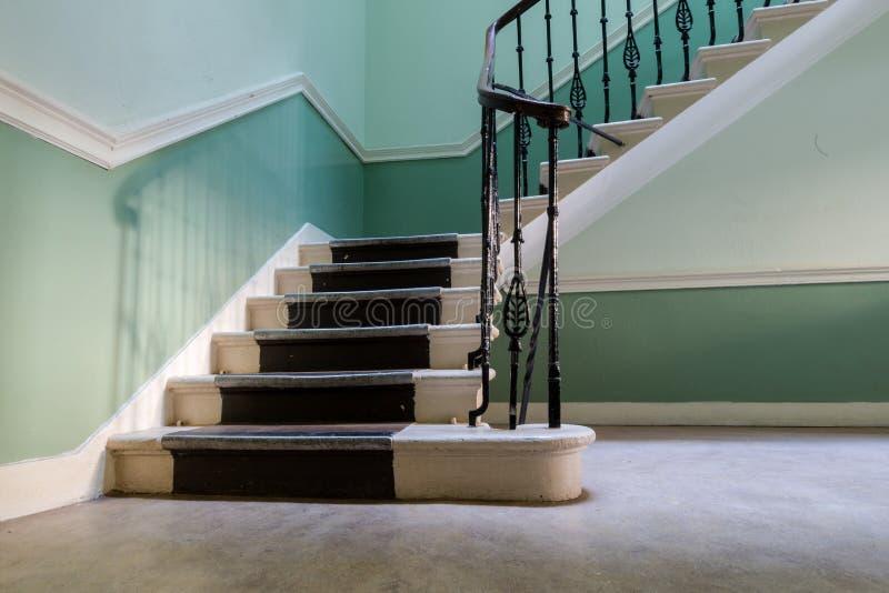 楼梯在葡萄酒历史的公寓里在爱丁堡在天 库存图片
